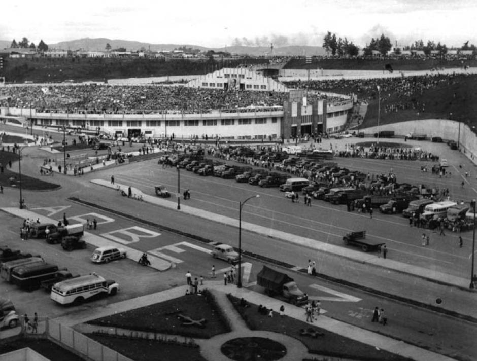 Estadio Olímpico de la Revolución durante la toma de posesión de Jacobo Árbenz Guzmán. 1951 (Foto: Twitter/@GuatHistorica)