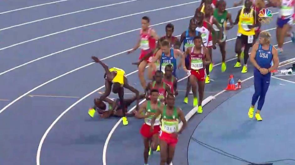 Farah tropieza con un rival y cae, tras un par de segundos en el suelo, el británico se levanta, remonta y gana la prueba. (Foto: Twitter)