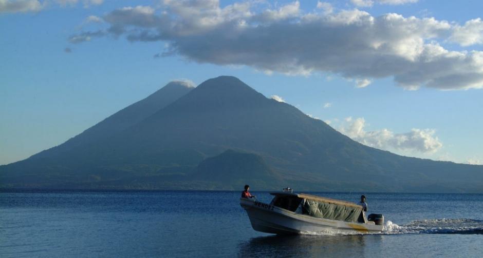 El lago de Atitlán sigue siendo uno de los más admirados alrededor del mundo por propios y extraños. Muchos de los que llegan, se enamoran y se quedan ahí por mucho tiempo. (Foto: DPA)