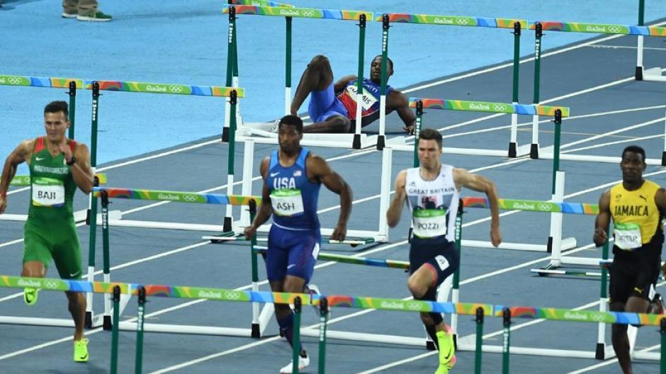 Todos los competidores continuaron el recorrido, mientras el haitiano estaba en el suelo. (Foto:Twitter)