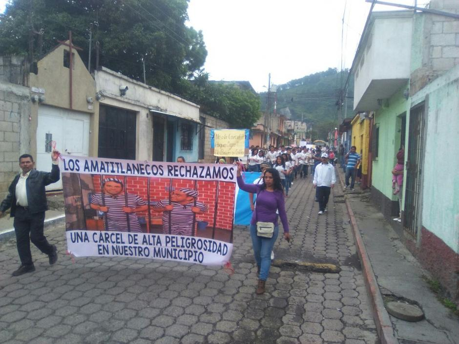 Vecinos de Amatitlán marcharon en contra de la construcción de un centro carcelario. (Foto: Twitter)