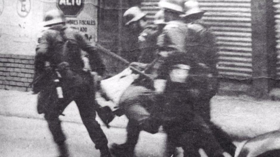 Más de 200 capturados en el primer día de manifestaciones por alza de 0.10 a 0.15 en transporte urbano. Guatemala 1985. (Foto: Twitter/@GuatHistorica)