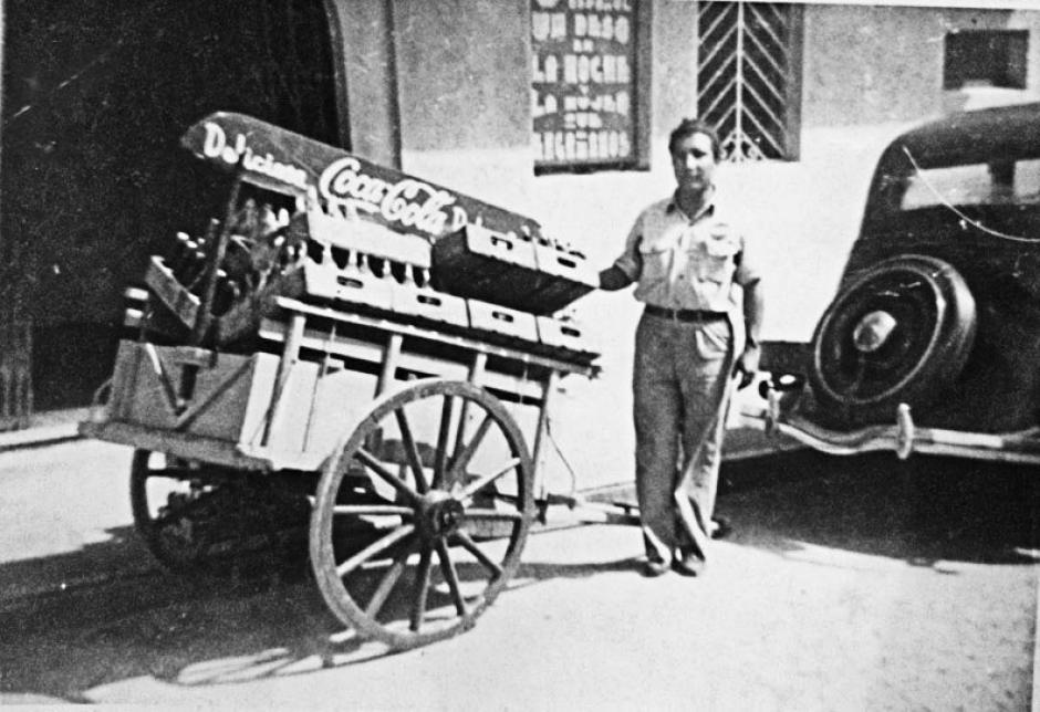 Trabajador de embotelladora repartiendo aguas gaseosas, años 40.  Ciudad de Guatemala, Zona 1. (Foto: Twitter/@GuatHistorica)