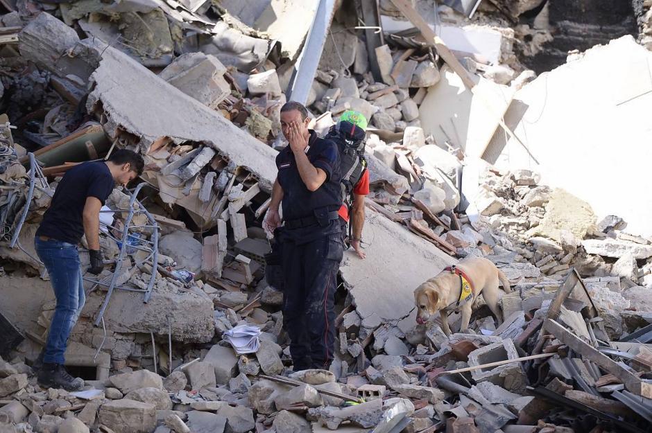 Bomberos rescatan a niña de 10 años de los escombros, tras terremoto en Italia. (Foto: Twitter)