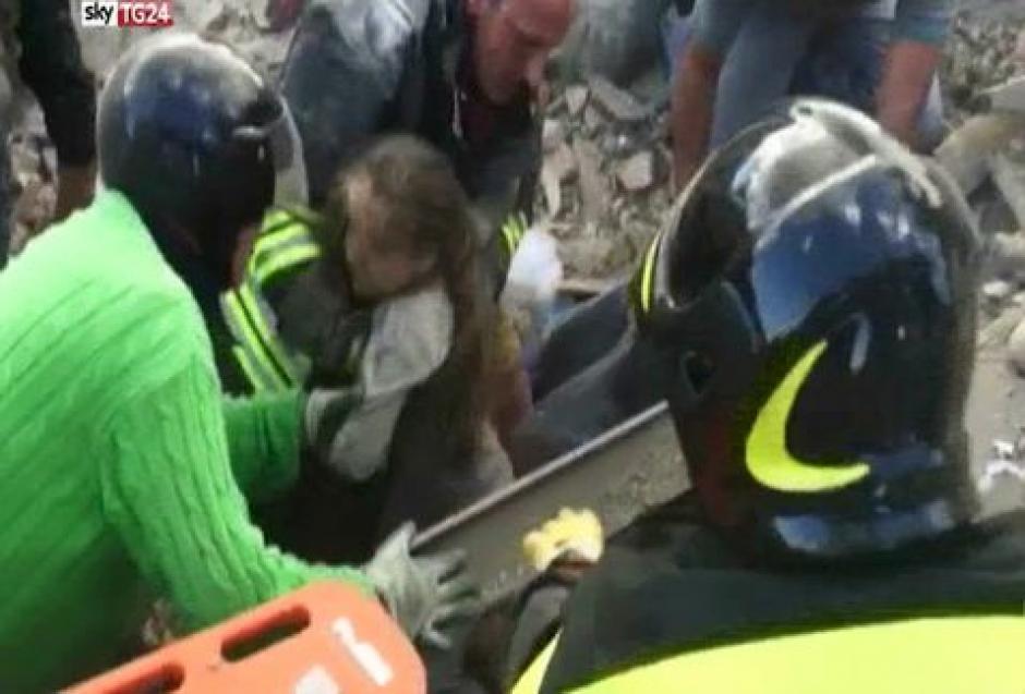 Fueron varios minutos de tensión, antes del rescate de la menor. (Foto: Twitter)