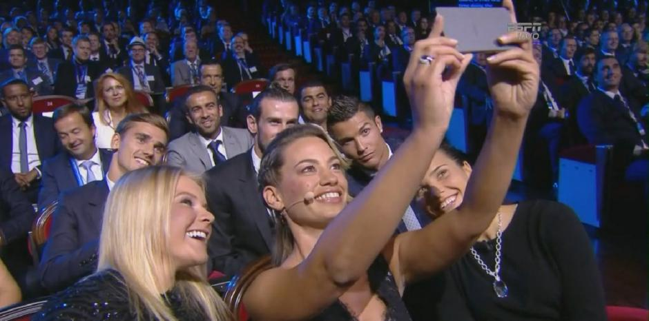 """Esta chica no desaprovechó la oportunidad de una selfie con los """"cracks"""" de Europa. (Foto: EFE)"""
