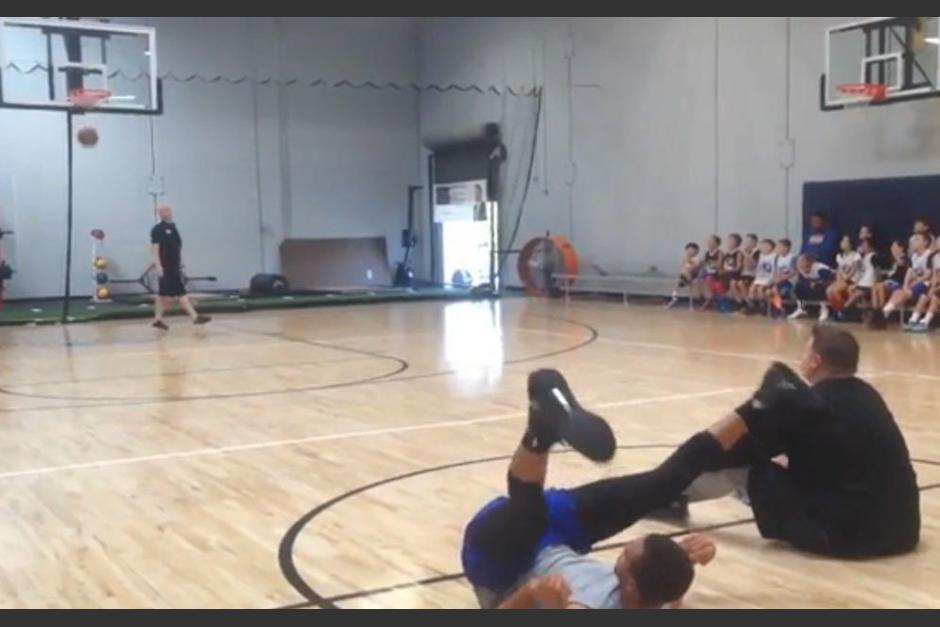 Curry consigue un espectacular enceste sentado y desde media cancha. (Foto: Captura de video)