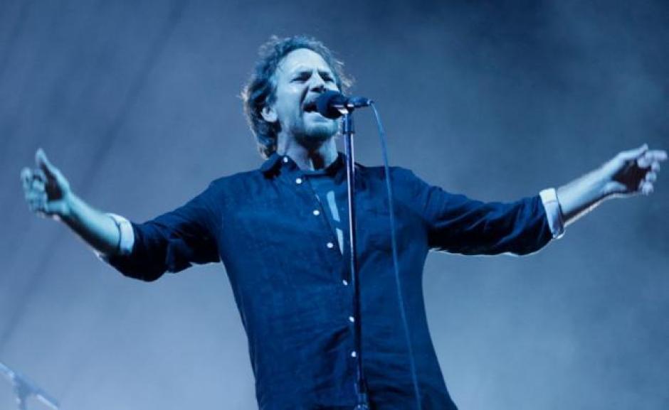 El vocalista de Pearl Jam se llevó las palmas tras su acción en pleno concierto. (Foto: Twitter)