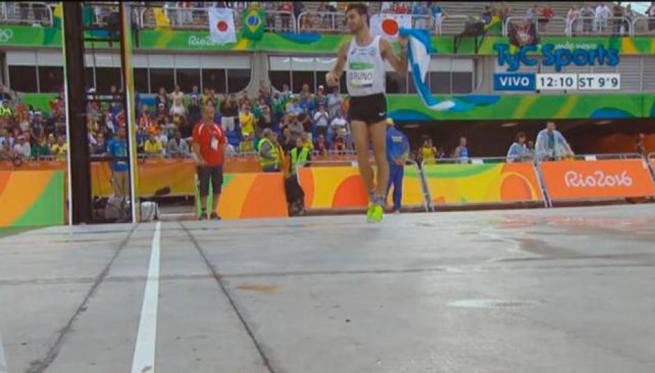 El corredor argentino ingresó trotando de costado a la meta final. (Foto: TyC Sports)