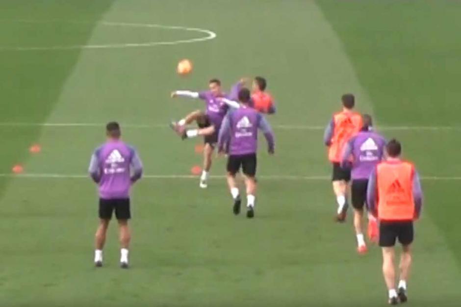 CR7 estaba acelerado en la práctica del Madrid y tiró un planchazo a Lucas Vásquez. (Foto: Captura de video)