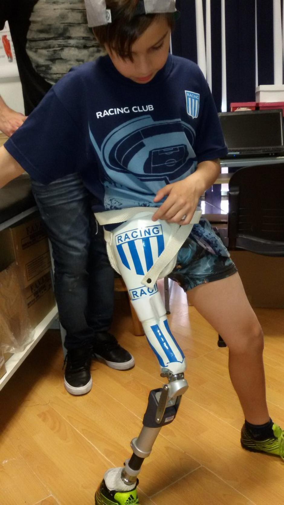 Santiago lleva en su prótesis los colores de Rácing Club. (Foto: Twitter)