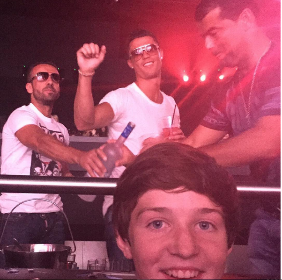 Un fan logró la selfie con CR7 de fondo en Las Vegas. Foto: Instagram)