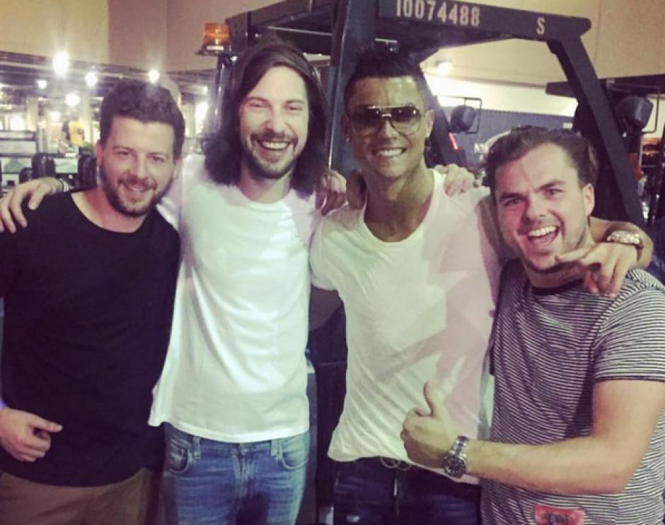 Un grupo de fanáticos aprovechó para la foto con CR7. Foto: Instagram)