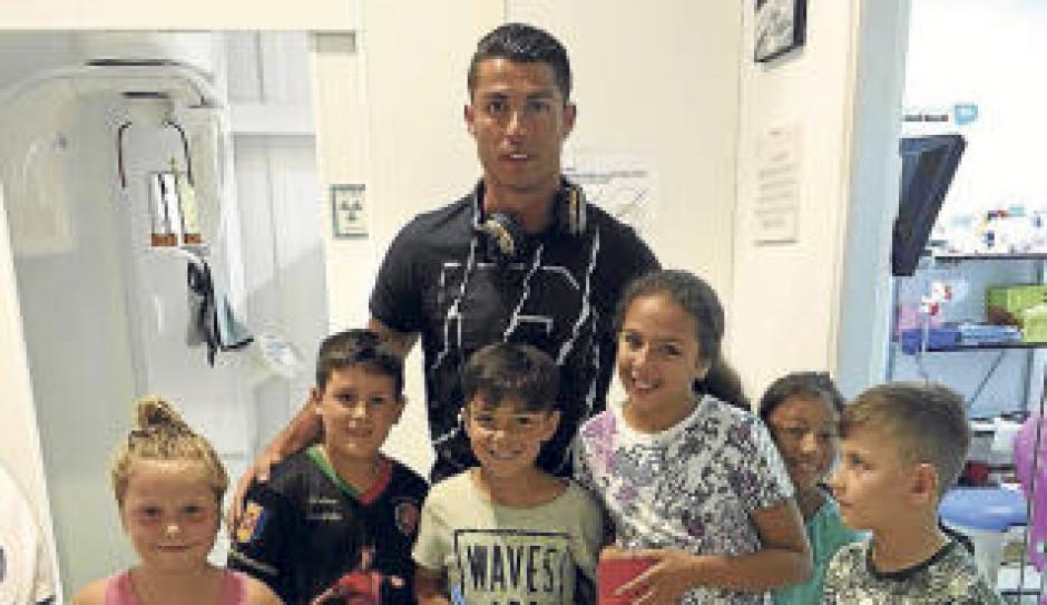 En su visita a una clínica un grupo de niños se acercó a CR7 para pedirle fotos y autógrafos. (Foto: Diario de Ibiza)