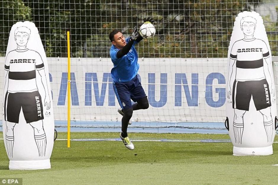 Keylor Navas realiza estiradas durante el entreno. (Foto: Daily Mail)