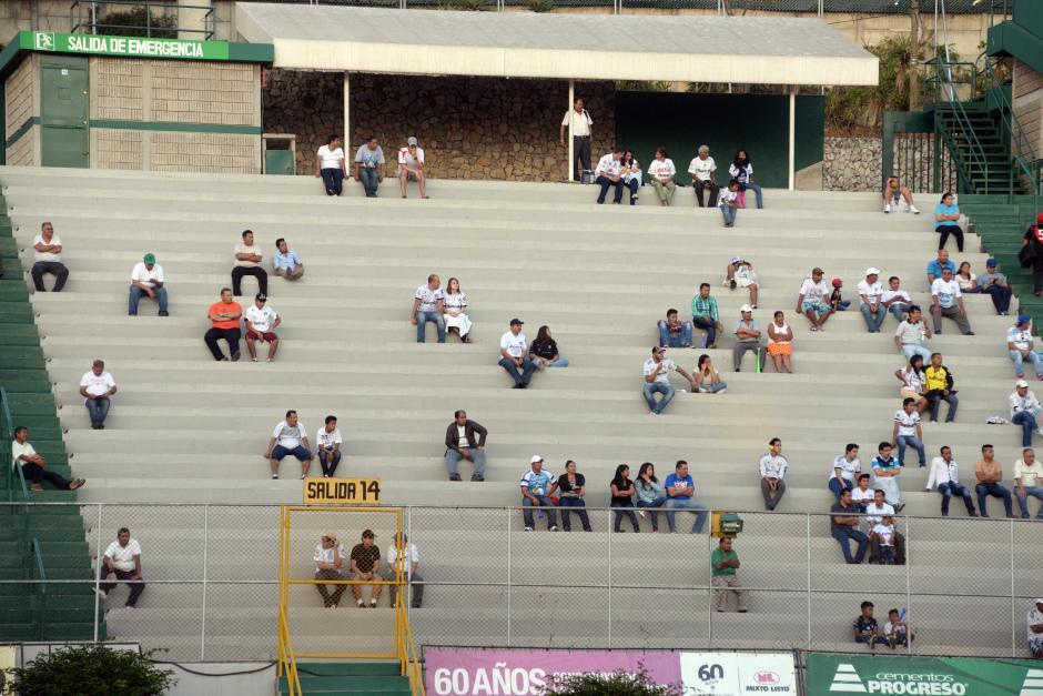 Poca gente se acercó a los graderíos del estadio Cementos Progreso, en la zona 6 capitalina. (Foto: Nuestro Diario)