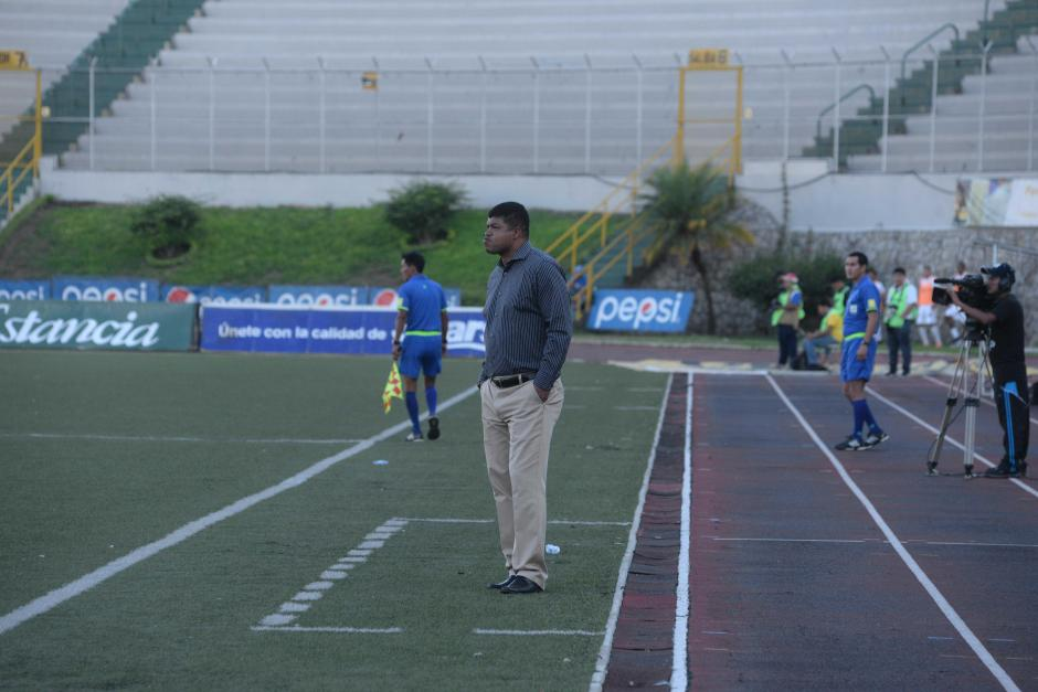 El técnico costarricense, Ronald Gómez, sufrió el partido desde el banquillo. (Foto: Nuestro Diario)