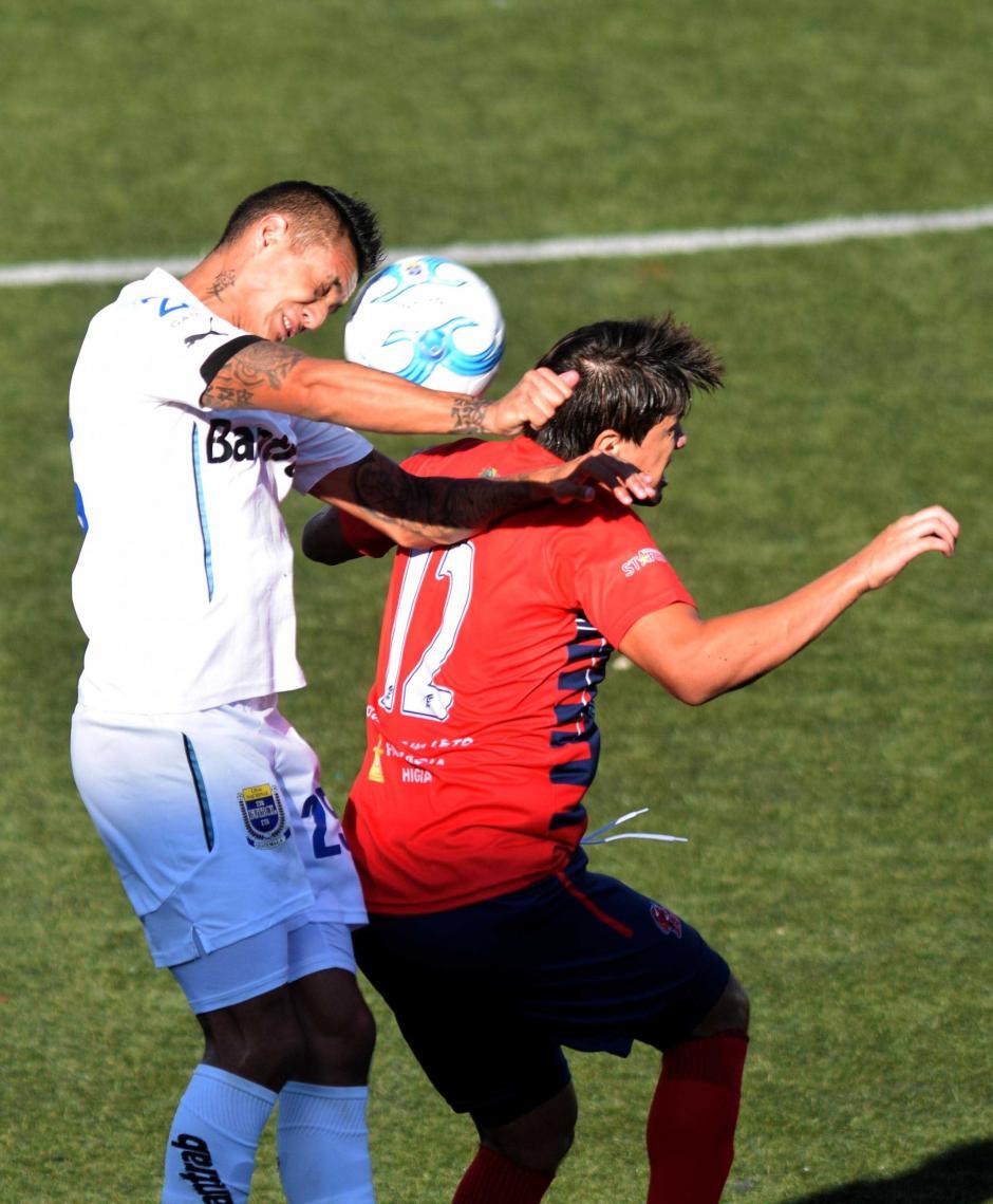 Jorge Aparicio pelea por un balón aéreo. (Foto: Nuestro Diario)