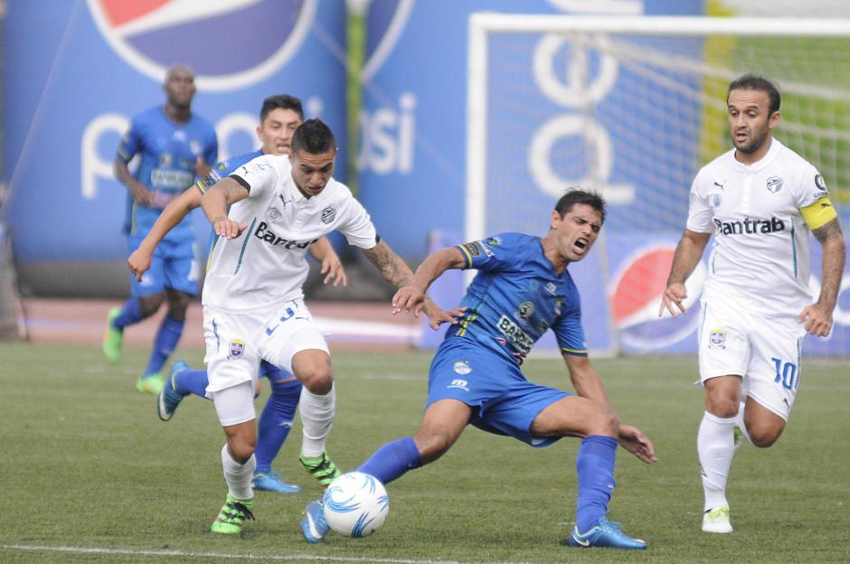 Jorge Aparicio intenta ganar la posesión de la pelota en el medio campo. (Foto: Nuestro Diario)
