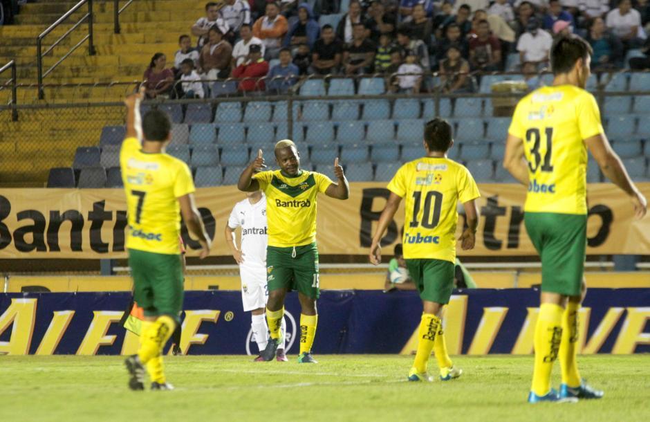 Darwin Oliva celebra el primer gol de Petapa. (Foto: Luis Barrios/Soy502)