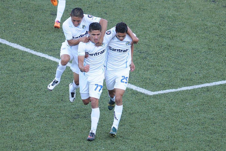 Jairo Arreola celebra el gol que abrió el marcador en el estadio Cementos Progreso