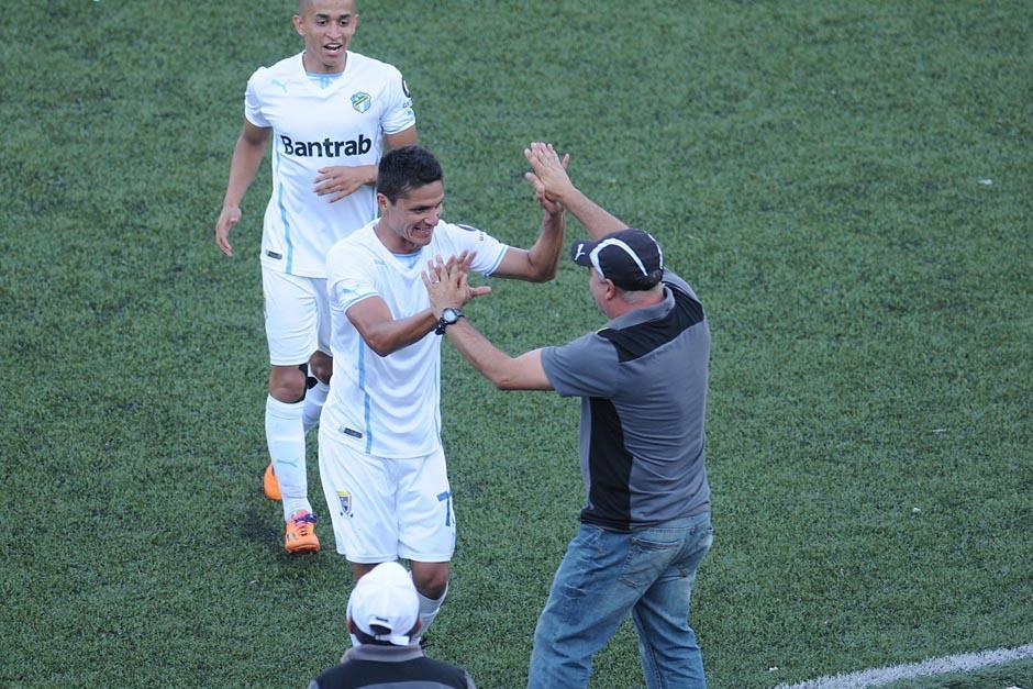 Arreola festeja con su técnico, Iván Franco Sopegno. (Foto: Nuestro Diario)