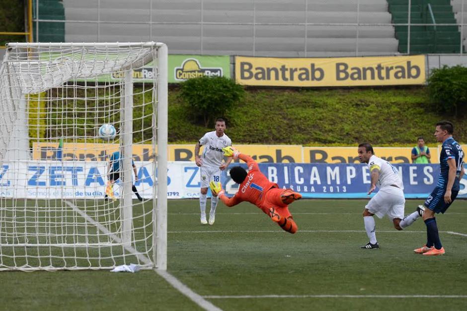 José Contreras, en su regreso a la cancha tras una lesión, consigue el segundo gol para los albos que vencieron 2-0 a Xelajú. (Foto: Nuestro Diario)