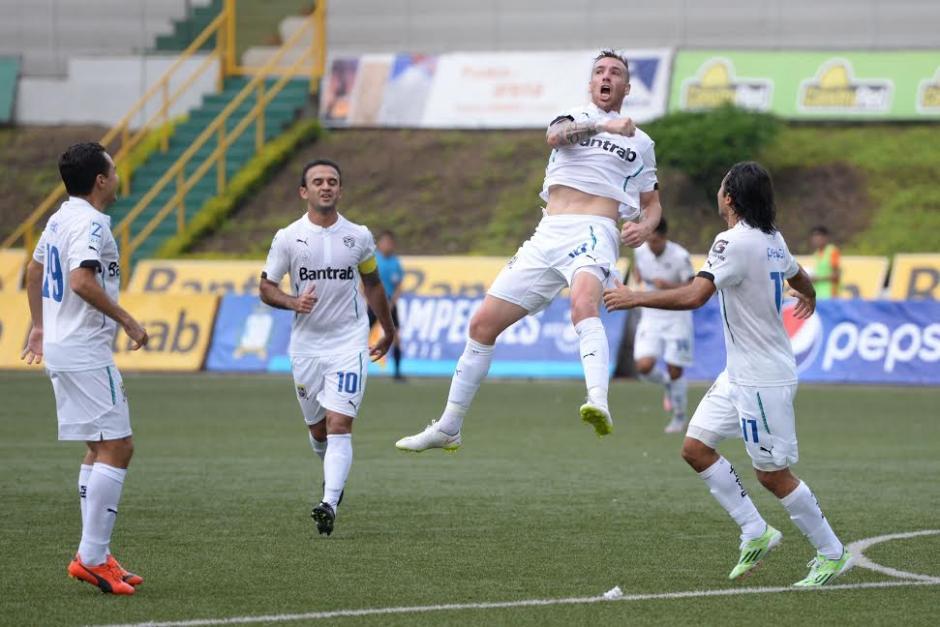 El delantero argentino Emiliano López celebra el gol que abrió el camino al triunfo de Comunicaciones 2-0 sobre Xelajú. (Foto: Nuestro Diario)