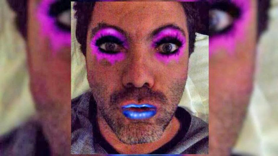 Cristian Castro ha publicado en sus redes sociales muchas fotografías en las que utiliza accesorios femeninos