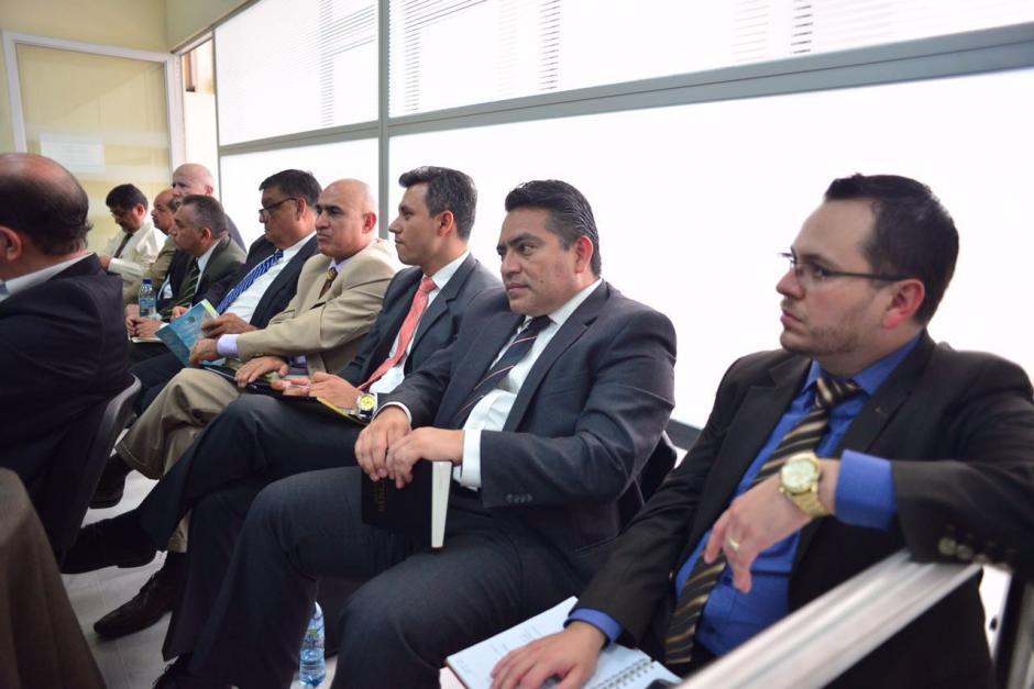 El exdiputado del PP, Edgar Cristiani, se aferra a su Biblia mientras espera la resolución del juez. (Foto: Jesús Alfonso/Soy502)
