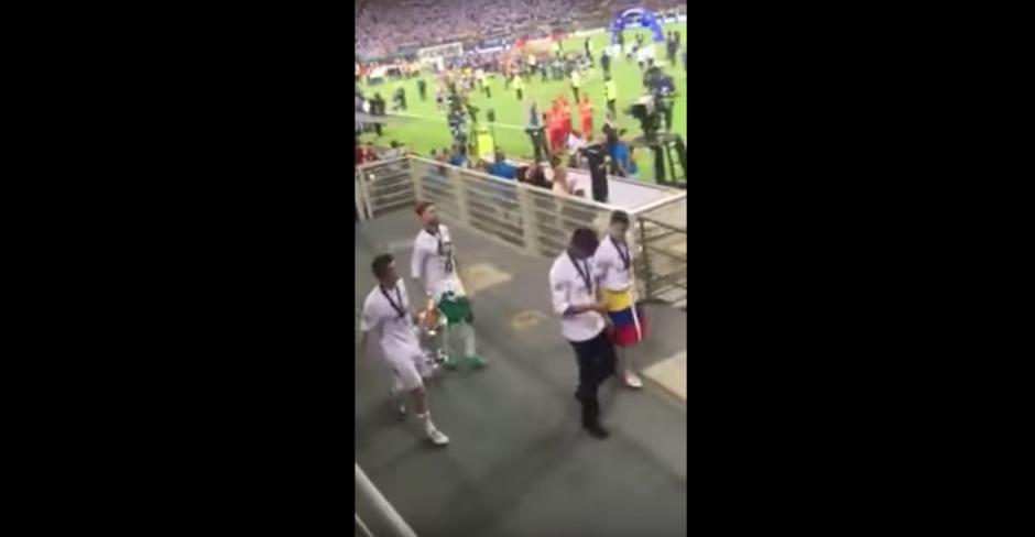 Los integrantes del Real Madrid se dirigen a la cancha para celebrar el triunfo. (Captura de pantalla: SportsJOE.ie/YouTube)