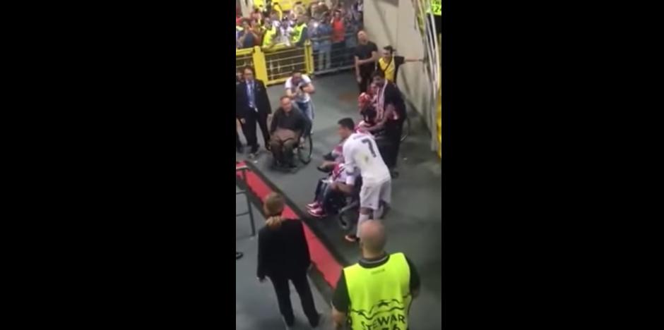 Cristiano Ronaldo se detiene para tomarse una fotografía con sus fans. (Captura de pantalla: SportsJOE.ie/YouTube)