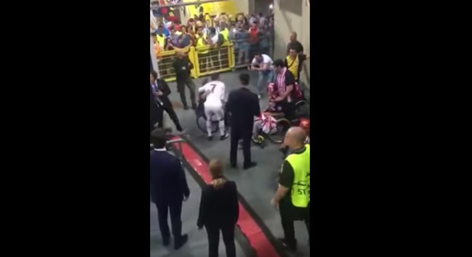 El futbolista se detiene en un sector donde hay personas discapacitadas. (Captura de pantalla: SportsJOE.ie/YouTube)