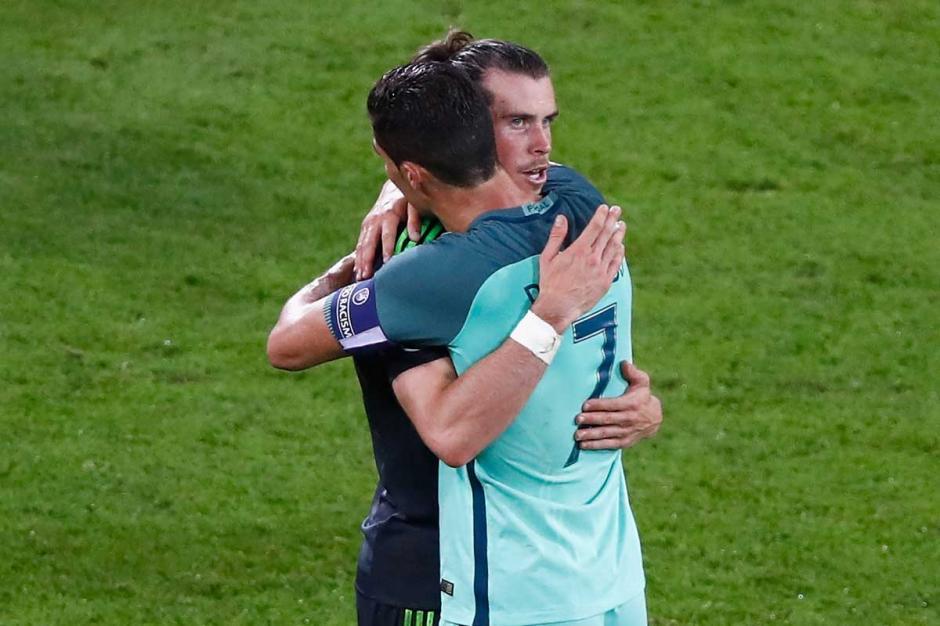 Cristiano Ronaldo consoló a Bale tras la derrota de Gales. (Foto: sportyou.es)