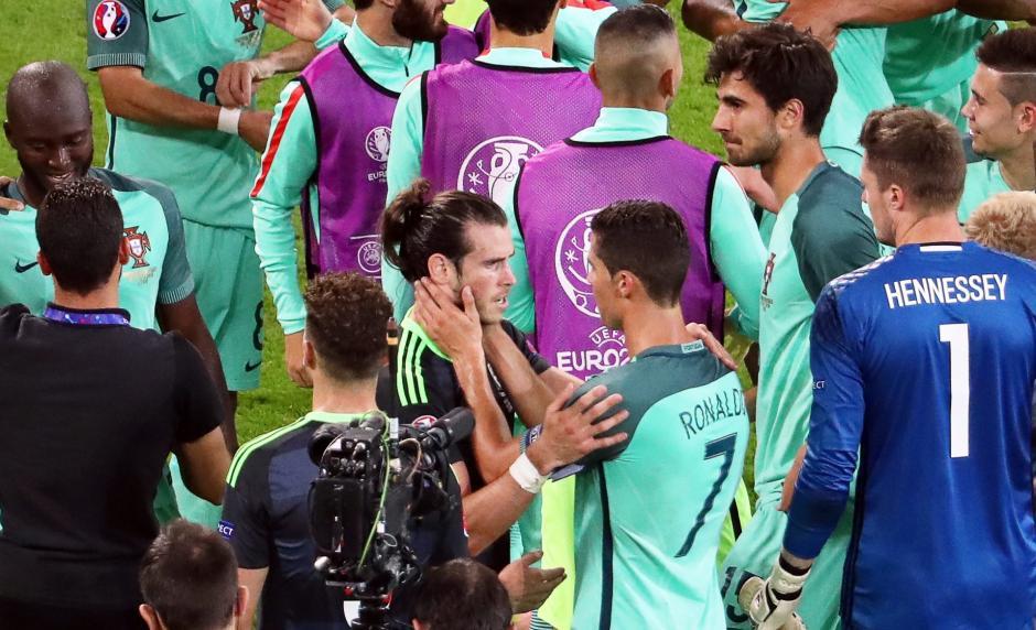CR7 se dirigió a donde estaba Bale y lo felicitó por el trabajo hecho. (Foto: EFE)
