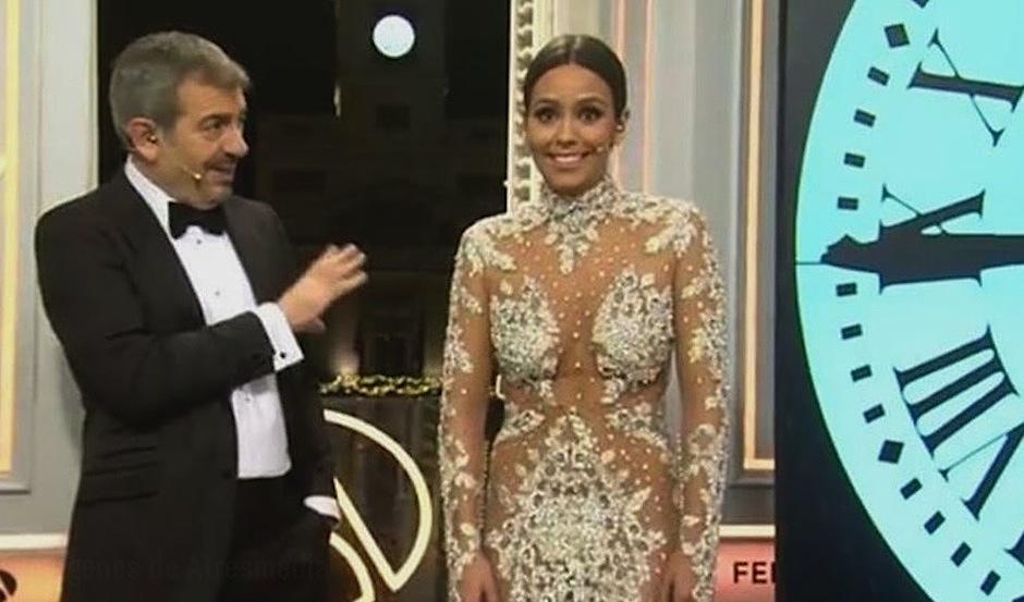 La presentadora española Cristina Pedroche lució un polémico vestido transparente de la firma Pronovias, que no dejaba nada a la imaginación. (Foto: youtube)