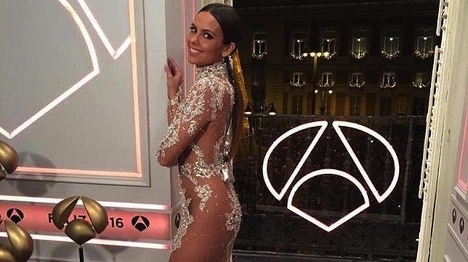 La conductora de la cadena televisiva Antena 3, hizo gracia de su porpio vestido. (Foto: youtube)