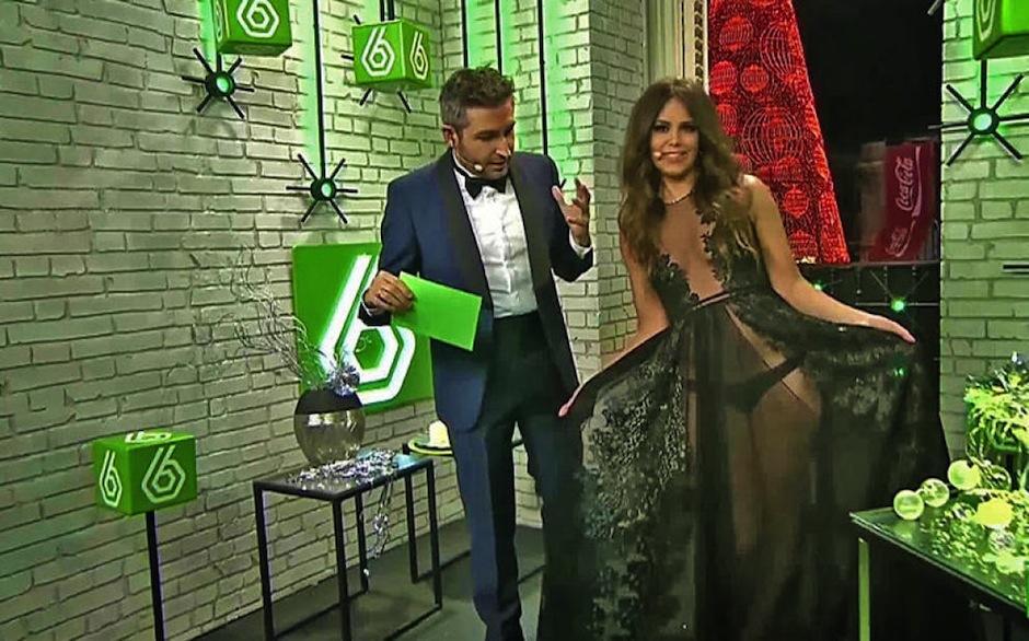 """El año pasado, Cristina también uso un vestido transparente para recibir el nuevo ciclo, como conductora del canal de televisión español """"La Sexta"""". También generó controversia. (Foto: Youtube)"""