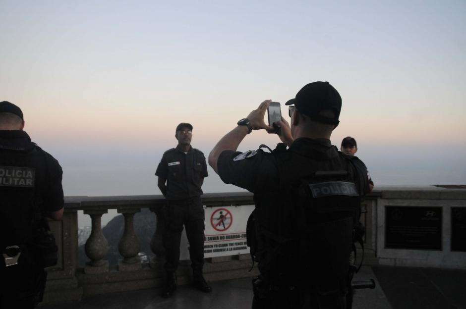 Hasta los policías aprovecharon para llevarse un recuerdo del hermoso paisaje que se ve arriba del Cerro del Corcovado. (Foto: Pedro Pablo Mijangos/Soy502)