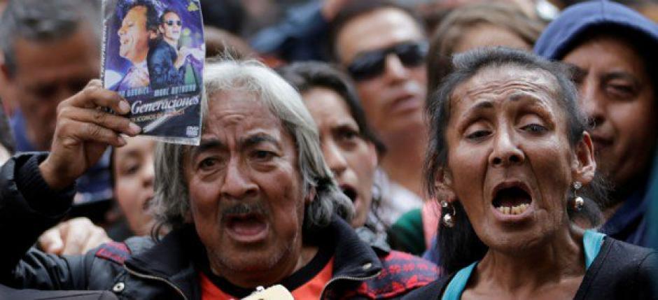 Hombres y mujeres de todas las edades recuerdan a Juan Gabriel cantando sus éxitos. (Foto: Twitter)