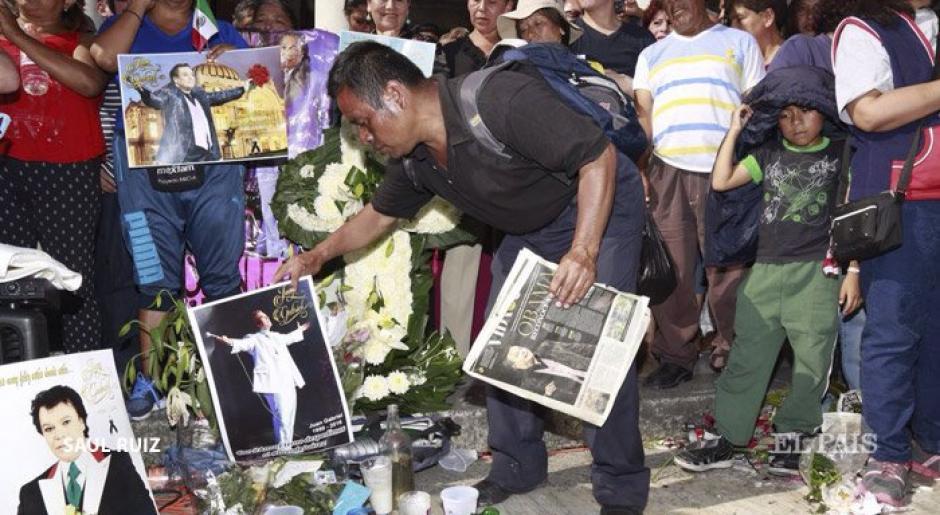 Flores, velas, fotos y muchos mensajes para honrar a Juan Gabriel. (Foto: Twitter)