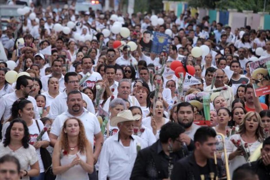 Miles de mexicanos hacen homenaje a Juan Gabriel. (Foto: Twitter)