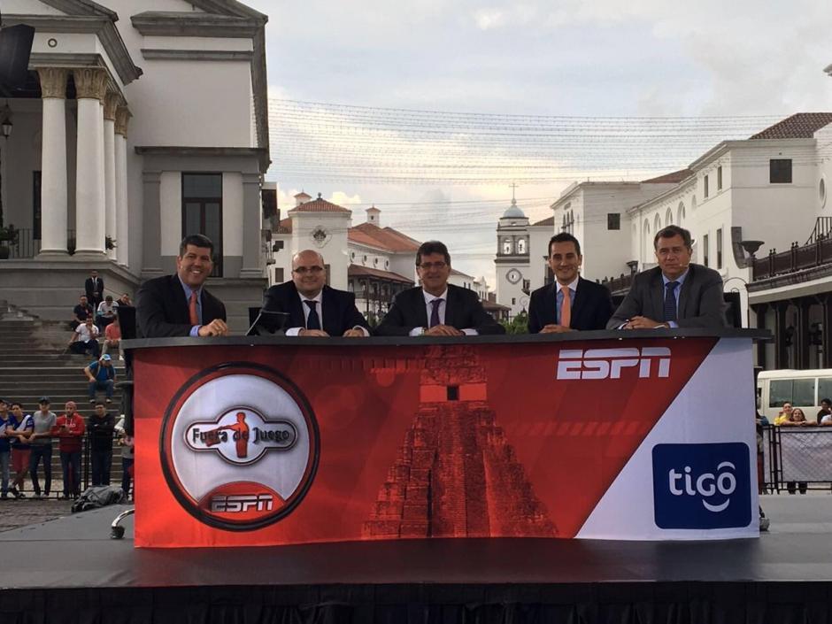 MisterChip y el elenco de Fuera de Juegos de ESPN estuvo recientemente en Guatemala. (Foto: Twitter?