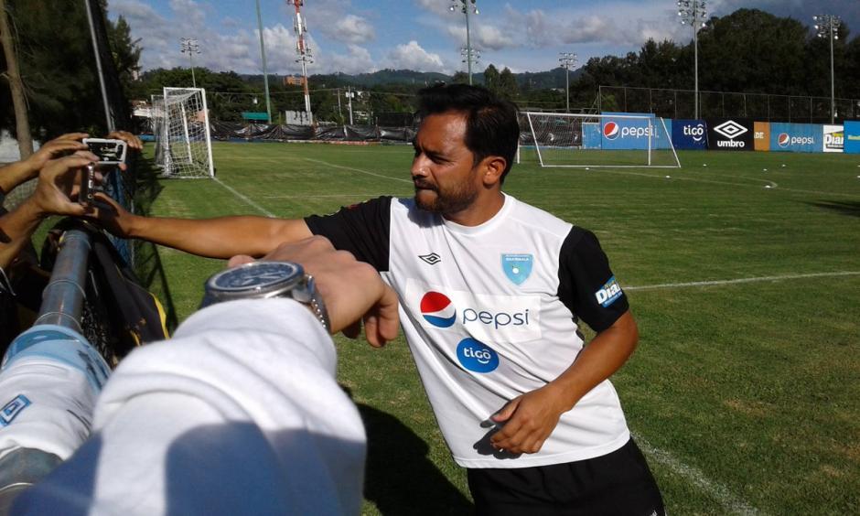 Los aficionados le pidieron a Ruiz una selfie y un autógrafo. (Foto: Luis Barrios/Soy502)