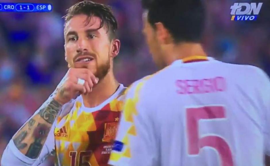 Busquets adviertió a Ramos del aviso al portero croata.  (Foto: Captura de video)