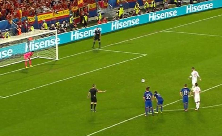 El momento en el que Sergio Ramos patea el penal en favor de España.  (Foto: Captura de video)