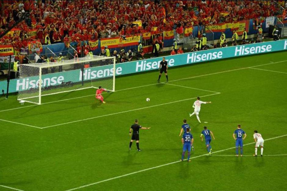 El portero croata se alenata y adivina el cobro de Ramos.  (Foto: Captura de video)