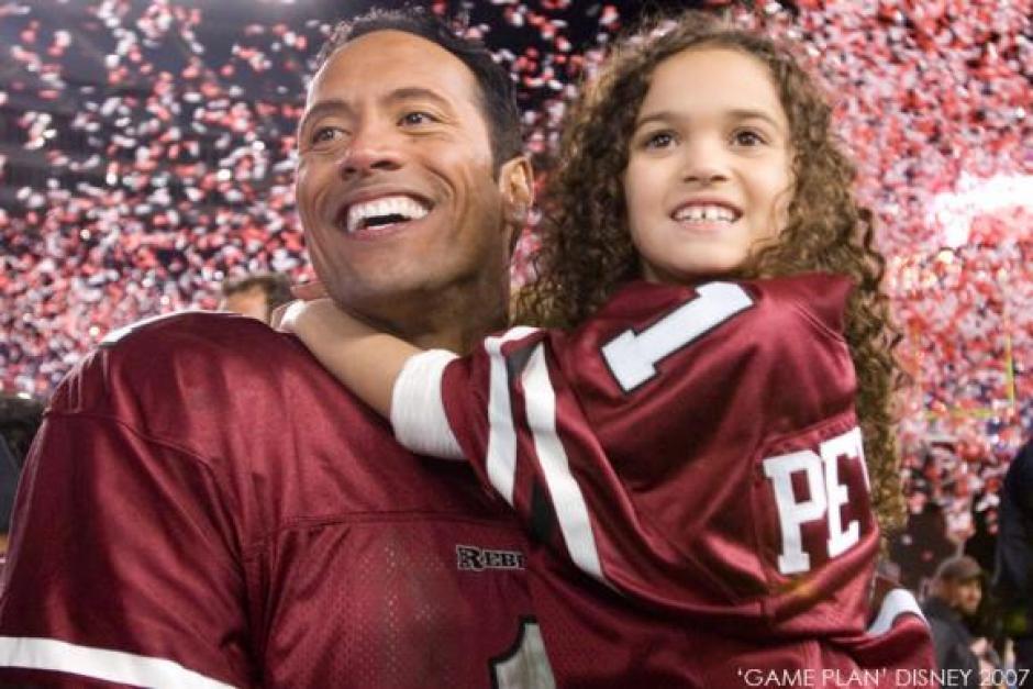 La tierna Peyton en la película Entrenando a Papá junto a Dwayne Johnson. (Foto: Twitter)