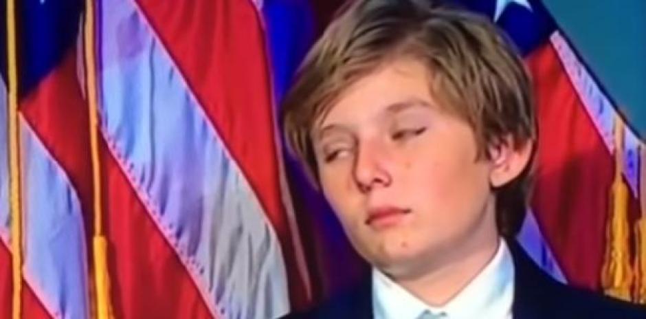 Por momentos el sueño casi vence al hijo menor de Trump en pleno discurso de su padre. (Foto: Twitter)