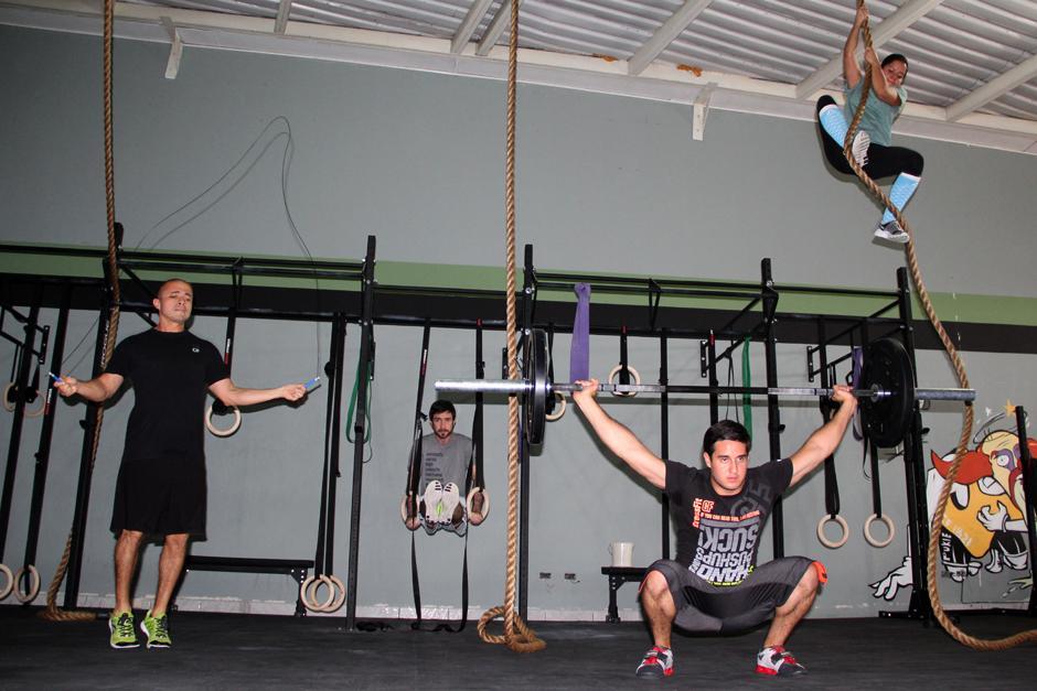 El CrossFitse caracteriza por mover cargas pesada, sin rutinas y una alta intensidad en el entrenamiento. (Foto: Luis Barrios/Soy502)